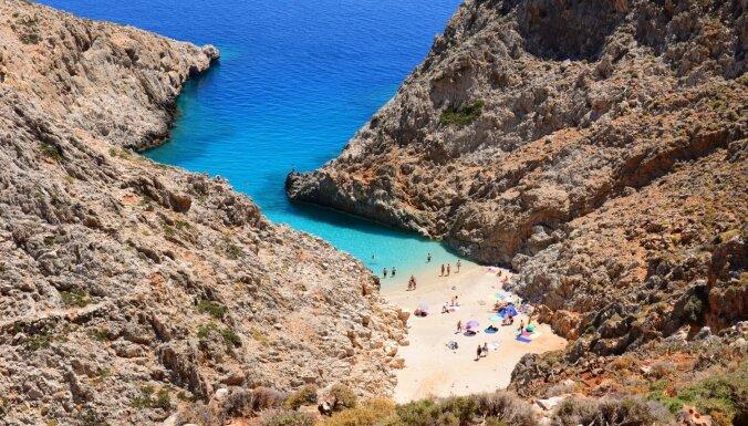 Klinšu ieskauta pludmale Krētā, kurā peldēties 'viļņu baseinā'