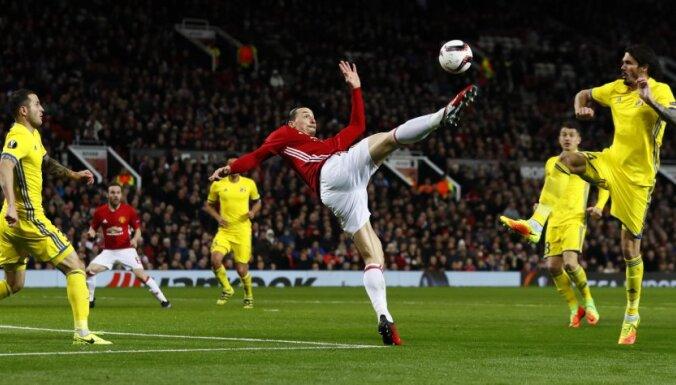 Manchester United s Zlatan Ibrahimovic attempts an overhead kick