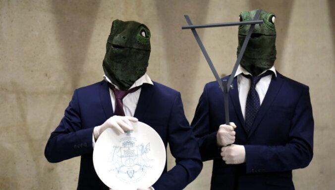 ФОТО: Латвия привезет в Венецию рептилоидов и инопланетян
