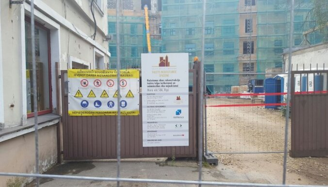 Foto: VNĪ apturējis līgumu par Tabakas fabrikas pārbūvi un slēdzis būvlaukumu (12:15)
