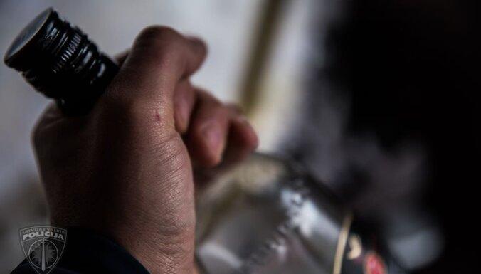 Полицейские изъяли у пьяных взрослых двух малолетних детей