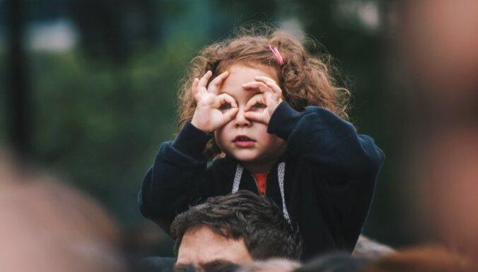 Kāpēc bērni melo, grauž nagus un neklausa: atbildes uz populāriem vecāku jautājumiem