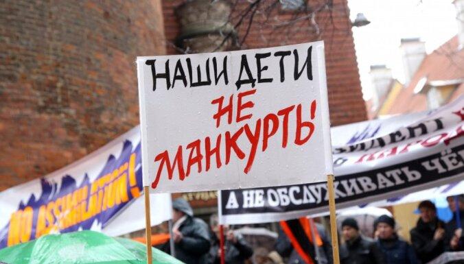 Pārbaudīs pie IZM ēkas protestējušās sievietes saistību ar protestiem Austrumukrainā