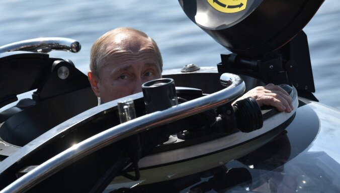 Foto: Kamēr Maskavā aiztur demonstrantus, Putins ar batiskafu laižas jūras dzelmē