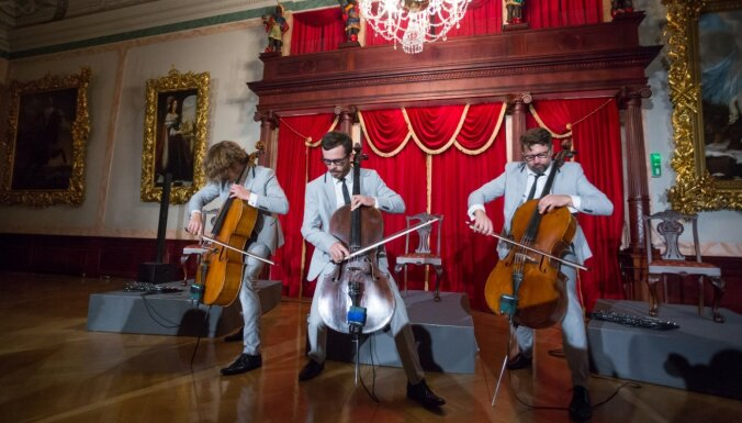 Foto: Čellu trio 'Melo-M' muzicē greznajā Melngalvju namā