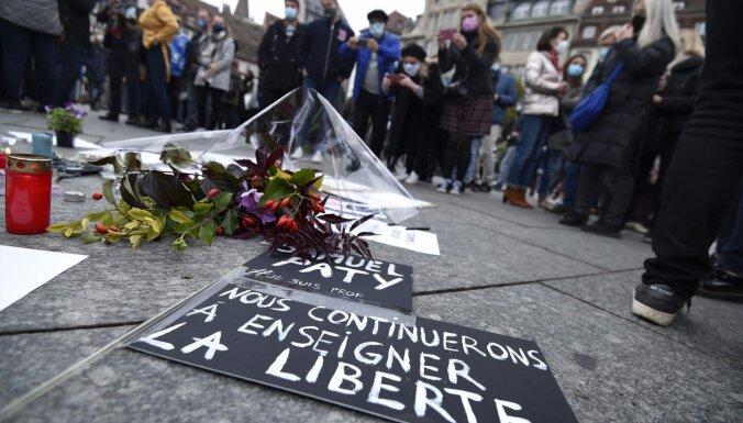 Francijā tūkstošiem cilvēku demonstrācijās apliecina cieņu zvērīgi nogalinātajam skolotājam