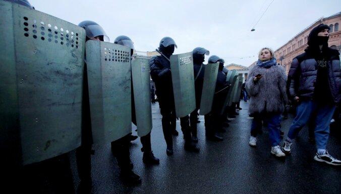 Женщина после пинка силовика в Петербурге попала в реанимацию. Омоновец в больнице принес ей извинения