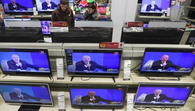 Брусника, ежики и Соловьев. Как ТВ Беларуси молчит о самом важном и что предлагает вместо этого