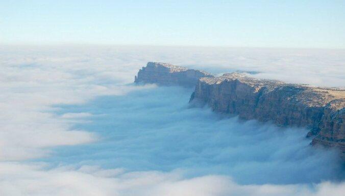 Skaisti foto: Reta dabas parādība virs Lielā kanjona