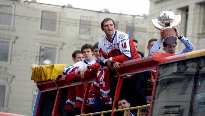 ВИДЕО: чемпионский парад сборной Знарка и Витолиньша в Москве