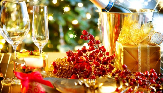 Pieci vērtīgi padomi, kā pasniegt un uzglabāt dzirkstošo vīnu svētku laikā