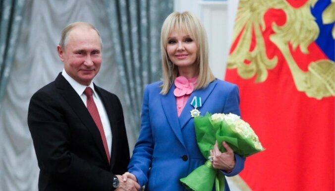 Foto: Vladimirs Putins dziedātājai Valērijai pasniedz ordeni