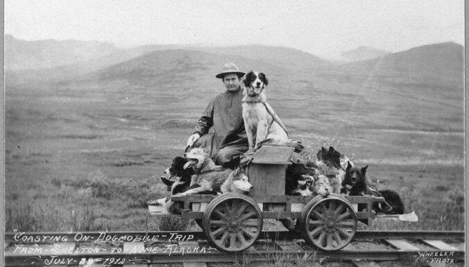 Vēsturiski foto: Kā reiz dzīvoja un izklaidējās suņi