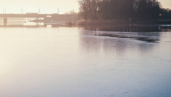 Rīgā aizliedz staigāt pa tikko uzsalušo ledu