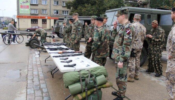 """ФОТО: В Елгаве """"оккупировали"""" площадь - техника, вооружение и военные"""