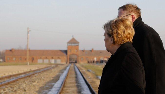 Merkele Aušvicas nāves nometnē pauž dziļu kaunu par tur notikušo