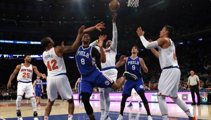Entonija pēdējo sekunžu metiens garantē 'Knicks' uzvaru pār '76ers'