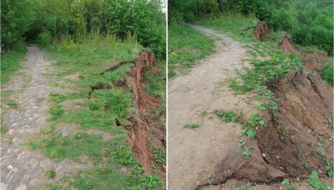 Līču-Laņģu klinšu taka zemes nogruvuma dēļ kļuvusi apmeklētājiem bīstama