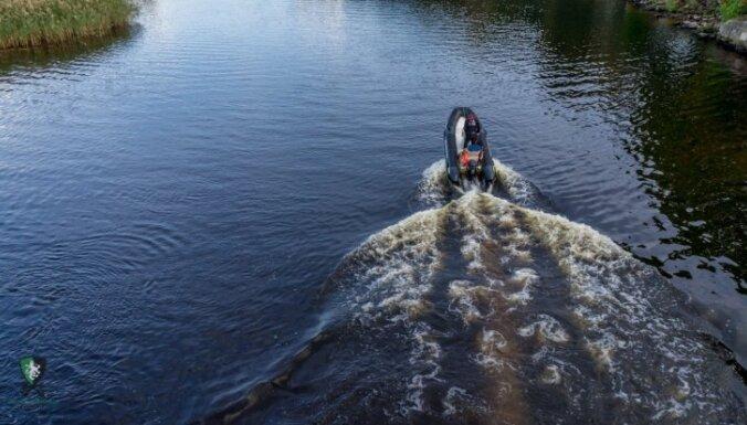 В Даугаве на мель сел катер: спасатели помогли пассажирам выбраться на берег