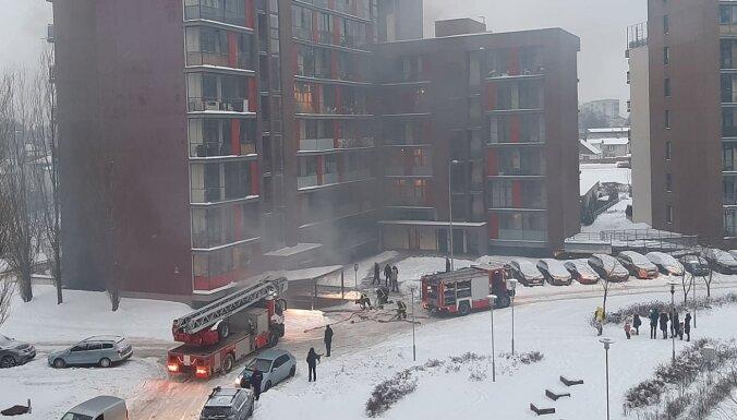 Пурвциемс: в паркинге под многоквартирным домом горел автомобиль