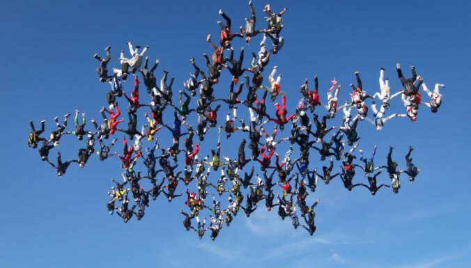 Звезда в небе над Лиелварде: 30 парашютистов готовятся установить рекорд Латвии