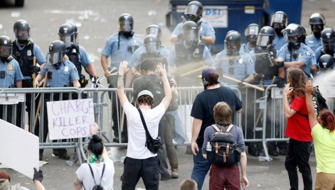 """""""Я задыхаюсь"""". Столкновения в США после смерти Джорджа Флойда - чернокожего, задержанного полицией"""