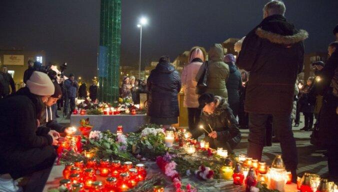 Foto: Cilvēki piemin Zolitūdes traģēdijā bojāgājušos