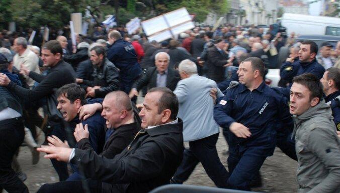 Gruzijā aizturēti desmitiem opozicionāru