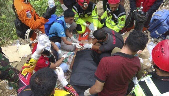 Foto: Raktuvju nogruvuma dēļ Indonēzijā gājuši bojā septiņi cilvēki