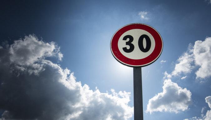 30 km/h ātruma ierobežojums pilsētās Latvijā nākotnē tiks piemērots plašāk