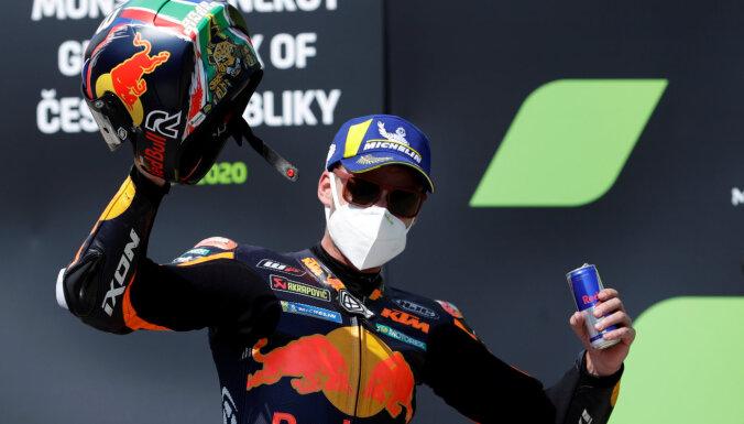 Binders svin uzvaru Čehijas 'MotoGP' posmā; spāņu braucēji paliek bez pjedestāla