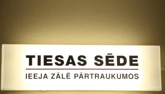 Divus Rīgas pašvaldības policistus tiesās par šofera provocēšanu braukt dzērumā