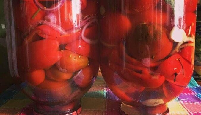 Marinēti tomāti ar papriku un sīpoliem bez pasterizēšanas