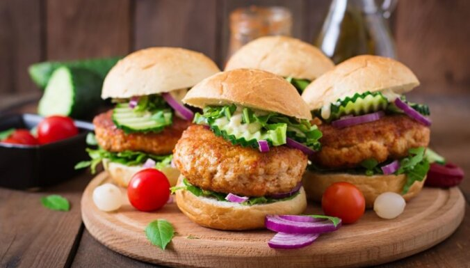 Burgeru ballīte mājās: 22 gardas receptes grilēšanai