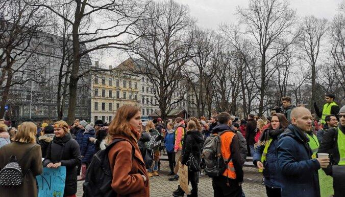 Simtiem jauniešu Rīgā piedalās globālajā 'klimata streikā'