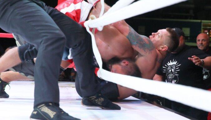 ФОТО, ВИДЕО: Камбала в агрессивном бою с хоккеистом выпал из ринга, но победил