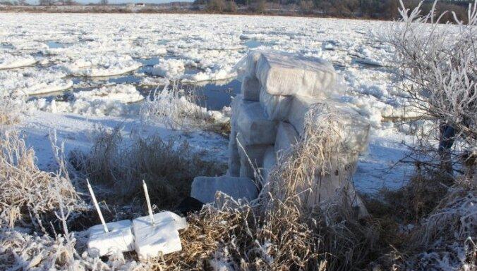 Из Даугавы выловили замаскированные под кусок льда сигареты