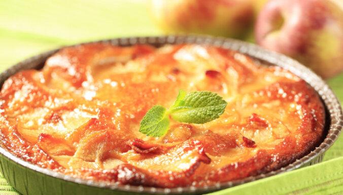 Ātrā kefīra mīklas kūka ar āboliem