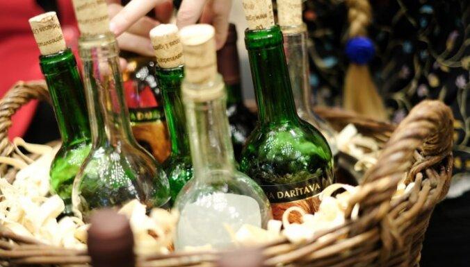 Latvijas vīns vīna pudeles degustācija