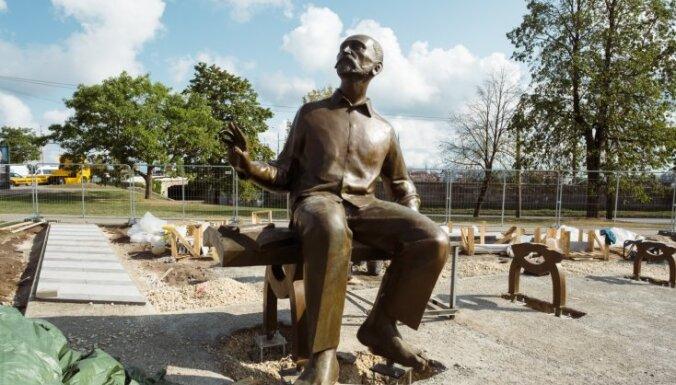 """ФОТО: Возле """"Замка света"""" поставили трехметровую скульптуру Райниса"""