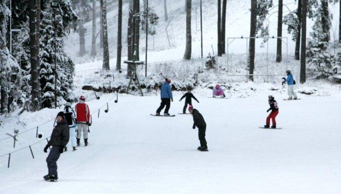 Slēpošanas kalni uzņem pirmos ziemas prieku baudītājus
