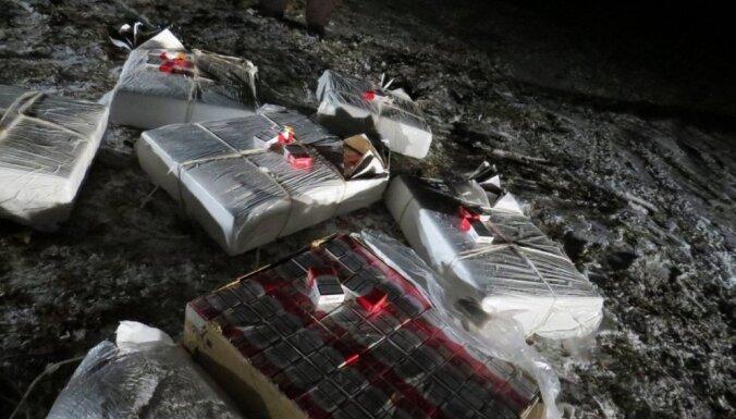 Dagdas novadā policisti atsavina 30 000 cigarešu, kas tika pludinātas pa Daugavu ar plostu