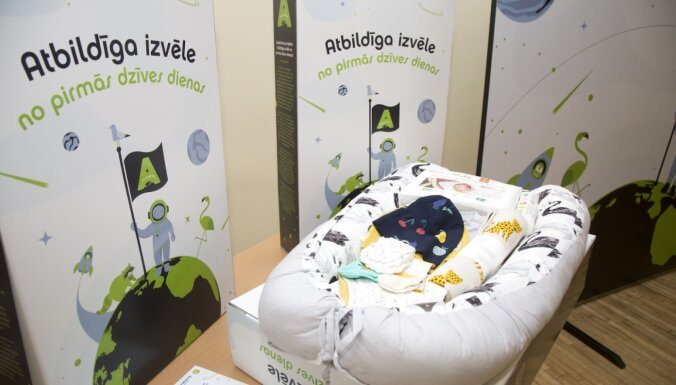 Dzemdību namā uzsākta kampaņa 'Atbildīga izvēle no pirmās dzīves dienas', dāvinot pūriņus jaundzimušajiem