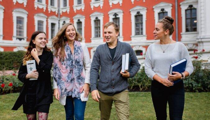 Опрос: больше половины старшеклассников собирается оставаться в Латвии, 11% точно уедут