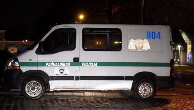 Ķengaragā kāds vīrietis naktī sadūris trīs cilvēkus un aizbēdzis