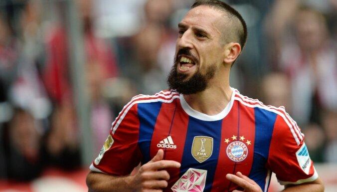 ВИДЕО: в матче Кубка Германии болельщик напал на Рибери