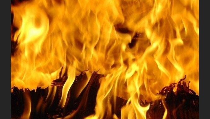 Divstāvu mājas ugunsgrēkā Voleros divi cilvēki cietuši, deviņi evakuēti