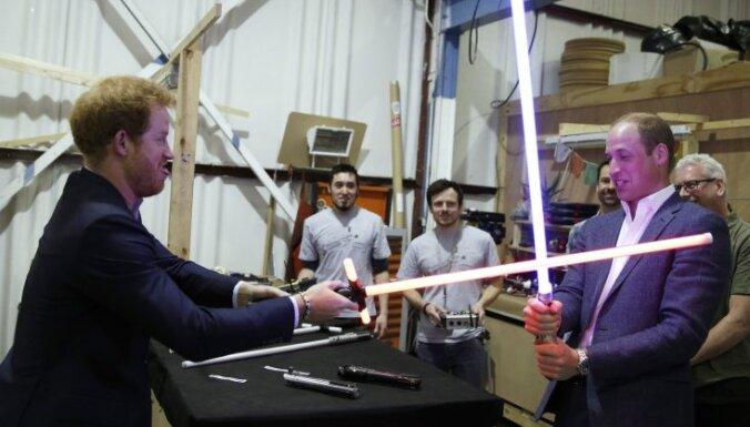 Foto: Britu prinči māžojas 'Zvaigžņu karu' filmēšanas laukumā