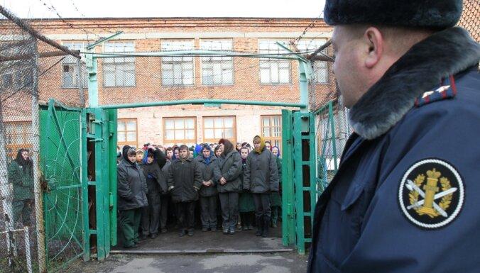 Krievijā iestādes atbalsta migrantu darbaspēka aizstāšanu ar ieslodzītajiem