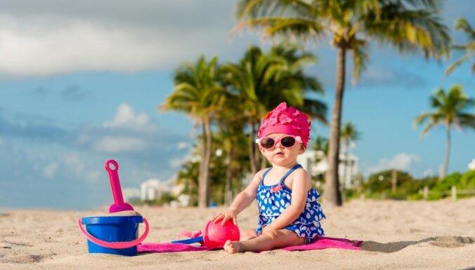 Zīdainis un bērns smiltīs un svelmē. Vai ģērbt, kā rūpēties, izklaidēt, attīstīt